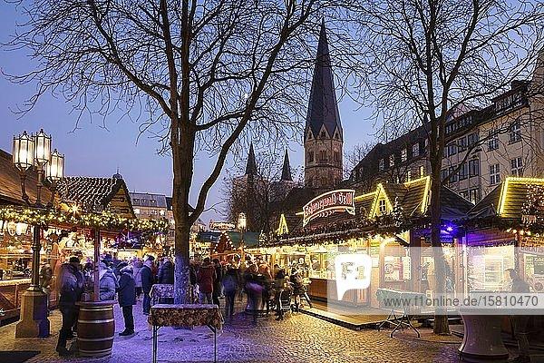 Weihnachtsmarkt  hinten Bonner Münster  Münsterplatz  Bonn  Nordrhein-Westfalen  Deutschland  Europa