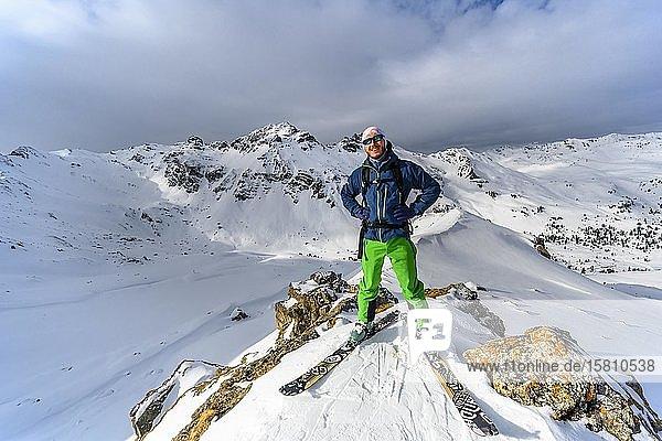 Skitourengeher vor schneebedeckter Berglandschaft  hinten Tarntaler Köpfe und Lizumer Sonnenspitze  Wattentaler Lizum  Tuxer Alpen  Tirol  Österreich  Europa