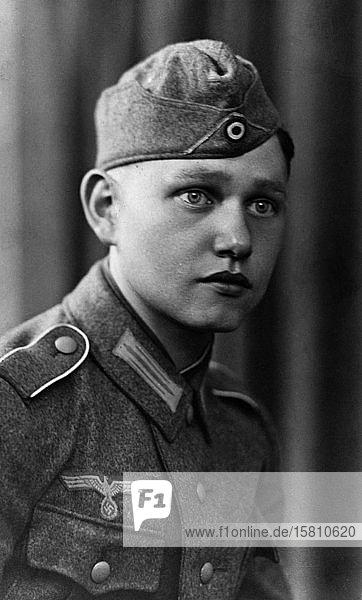 Wehrmachtsoldat in Uniform  ca. 1940  Deutschland  Europa