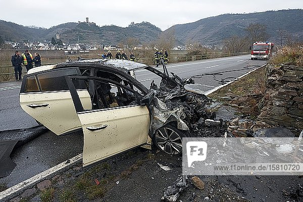 Bei einem Verkehrsunfall auf der Bundesstrasse 49 zwischen Dieblich und Niederfell hat ein PKW Feuer gefangen. Der Fahrer wurde schwer verletzt. Niederfell  Rheinland-Pfalz  Deutschland  Europa