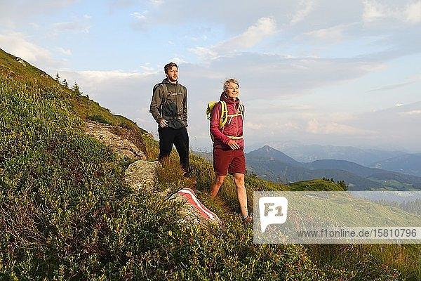 Wanderer beim Abstieg vom Feldalphorn  Kelchsau  Kitzbüheler Alpen  Tirol  Österreich  Europa