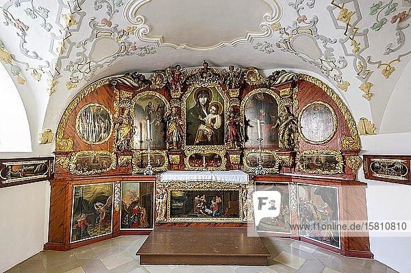 Altar mit Altarwand mit Bildnis der Lucas-Madonna  Unterkapelle Maria Schnee in Gruftkapelle  Kirchplatz  Altstadt  Mindelheim  Schwaben  Bayern  Deutschland  Europa