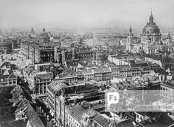 Blick vom Rathausturm auf Schloss  Dom und Unter den Linden  historische Aufnahme  ca. 1920  Berlin  Deutschland  Europa