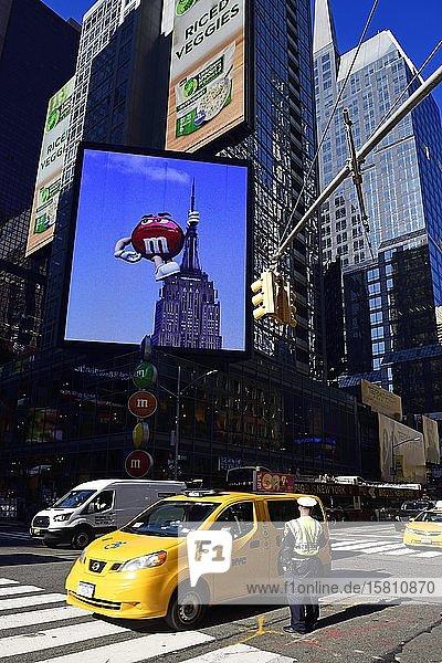 Traffic cop regulates traffic jam at Times Square  Manhattan  New York City  New York State  USA  North America