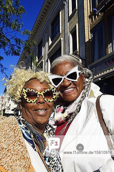 Ältere Frauen mit ausgeflippten Brillen  Harlem  Manhattan  New York City  New York State  USA  Nordamerika