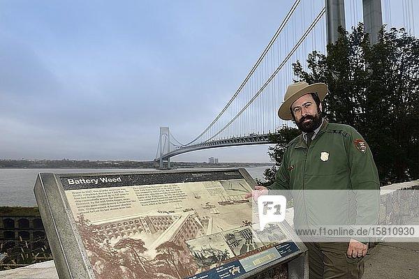 Park-Ranger in Fort Wadsworth erklärt die Verrazzano-Narrows-Bridge  Staten Island  New York City  New York State  USA  Nordamerika Park-Ranger in Fort Wadsworth erklärt die Verrazzano-Narrows-Bridge, Staten Island, New York City, New York State, USA, Nordamerika