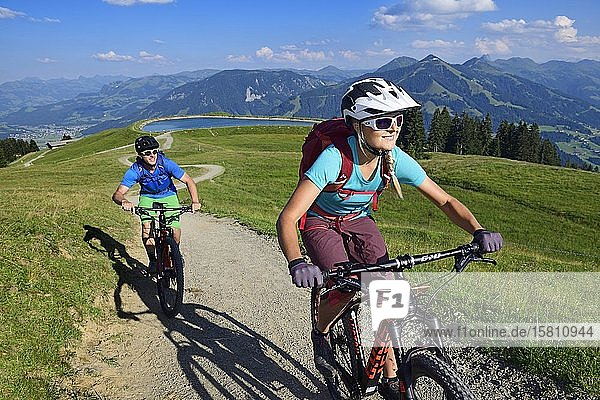 Mountainbiker an der Südseite der Hohen Salve beim Salvensee  Hopfgarten  Kitzbüheler Alpen  Tirol  Österreich  Europa Mountainbiker an der Südseite der Hohen Salve beim Salvensee, Hopfgarten, Kitzbüheler Alpen, Tirol, Österreich, Europa
