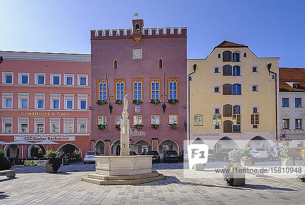 Marienbrunnen und Rathaus in Ludwigstraße  Altstadt  Neuötting  Oberbayern  Bayern  Deutschland  Europa