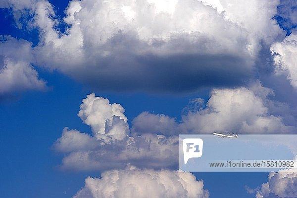 Gewitterwolken  Cumulonimbus  Passagierflugzeug der Fluggesellschaft Lufthansa über Flughafen München  Freising  Oberbayern  Bayern  Deutschland  Europa