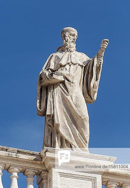 Statue des heiligen Benedikt auf den Bernini Kolonnaden  Petersplatz  Vatikan  Rom  Italien  Europa