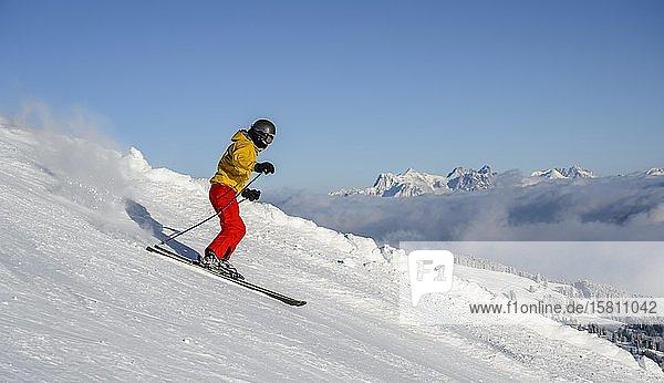 Skifahrer  Abfahrt Hohe Salve  hinten Loferer Steinberge  SkiWelt Wilder Kaiser Brixenthal  Hochbrixen  Tirol  Österreich  Europa