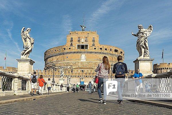 Touristen auf der Ponte Sant'Angelo mit Castel Sant'Angelo  Rom  Italien  Europa