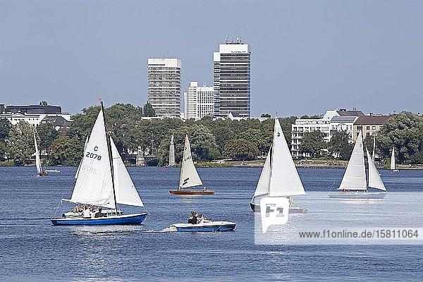 Mundsburg Hochhäuser  Segelboote auf der Außenalster  Hamburg  Deutschland  Europa