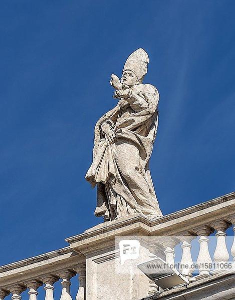 Remigius Statue auf den Bernini Kolonnaden  Petersplatz  Vatikan  Rom  Italien  Europa