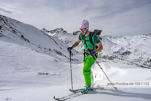 Skitourengeher im Schnee  Wattentaler Lizum  Tuxer Alpen  Tirol  Österreich  Europa