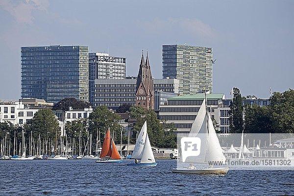 Segelboote auf der Außenalster  Hamburg  Deutschland  Europa