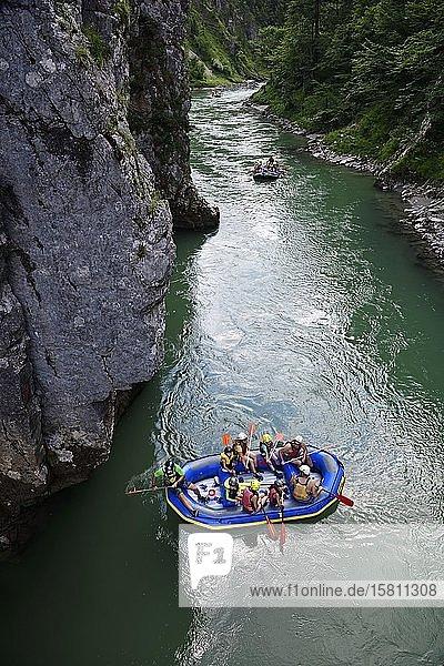 Wanderer und Rafting-Gruppe kurz vor dem Entenloch  der Felsenge der Tiroler Ache  Klobenstein  Chiemgau  Oberbayern  Bayern  Deutschland  Europa
