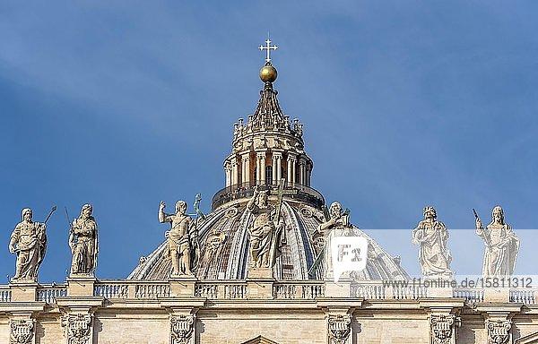 Kuppel  Petersdom mit Statuen der Heiligen Thomas  Jakobus  Johannes der Täufer  Jesus Christus  Andreas  Johannes der Evangelist und Jakobus der Mindere  Vatikan  Rom  Italien  Europa