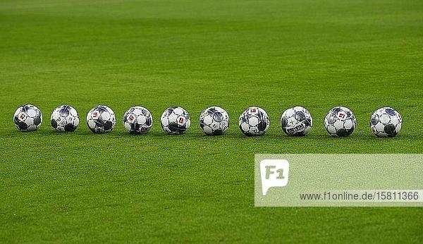 10 Spielbälle adidas Derbystar liegen in Reihe auf Rasen der Allianz Arena  München  Bayern  Deutschland  Europa