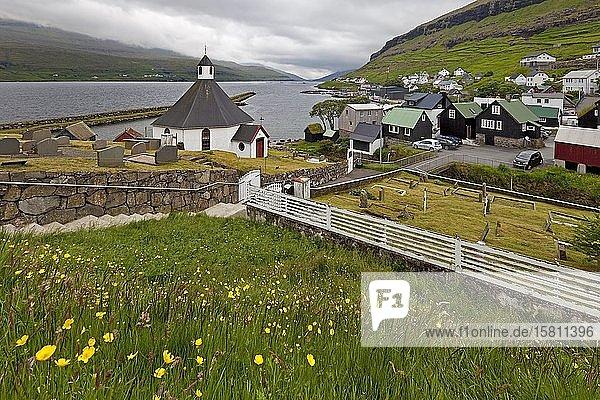 Der kleine Ort Haldarsvik mit der achteckigen Kirche und Blick auf den Atlantik  Streymoy  Färöer  Føroyar  Dänemark  Europa