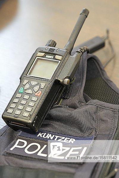 Digitales Funkgerät eines Beamten der rheinland-pfälzischen Polizei  Rheinland-Pfalz  Deutschland  Europa