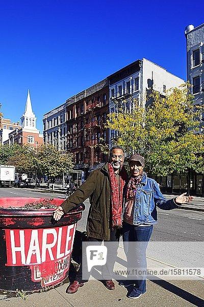 Schwarzes Paar neben Harlem Schild  New York City  USA  Nordamerika