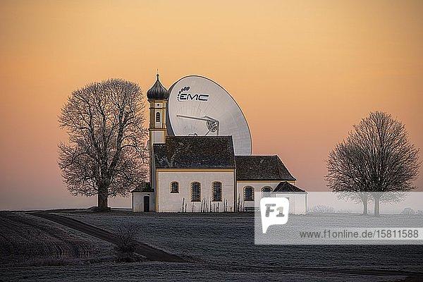 Kapelle St. Johann mit Parabol Antenne bei blauer Stunde  Raisting  Oberbayern  Bayern  Deutschland  Europa
