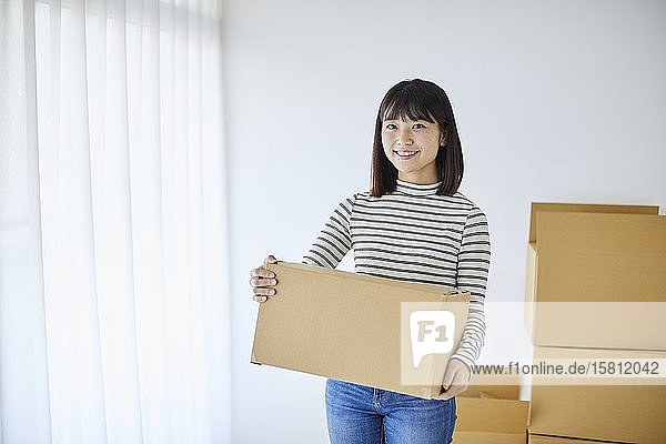 Young Japanese woman relocating