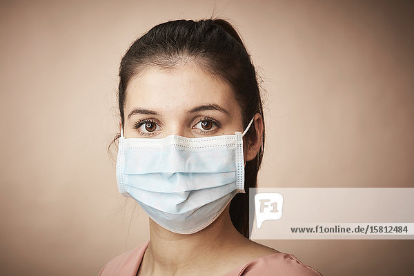 Junge Frau trägt Mundschutz