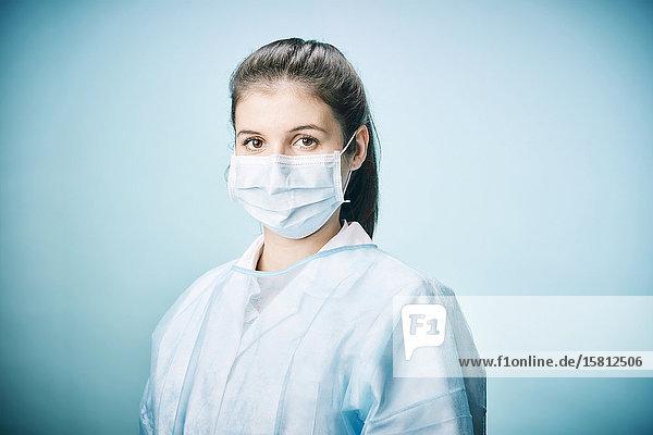 Ärztin mit Mundschutz schaut ernst in Kamera