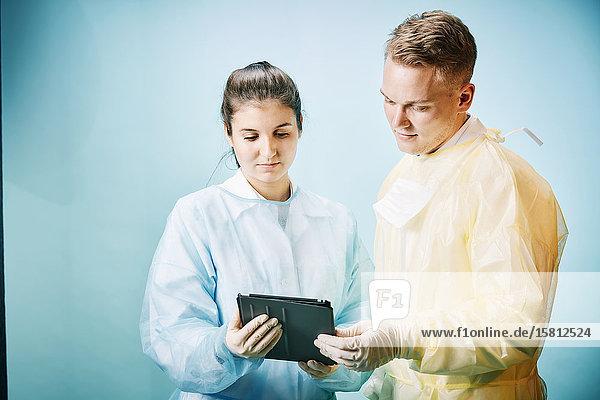 Zwei junge Ärzte mit Tablet PC