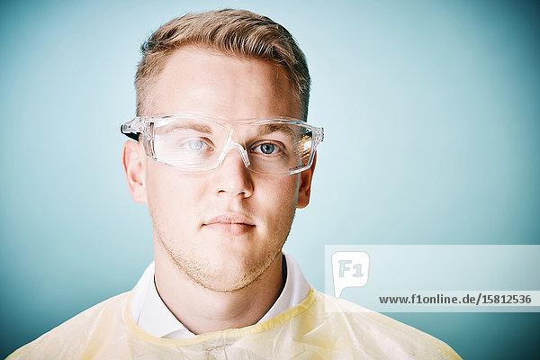 Junger Arzt mit Schutzbrille