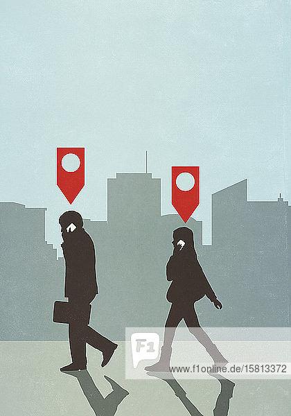 Karten-Pin-Symbole über Geschäftsleuten  die in der Stadt spazieren gehen und mit ihrem Smartphone telefonieren
