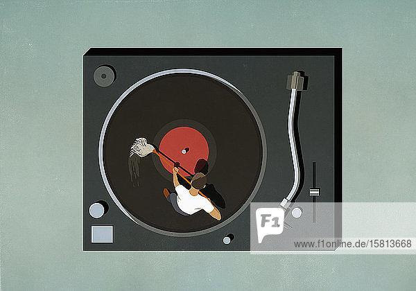 Mann schrubbt Schallplatte