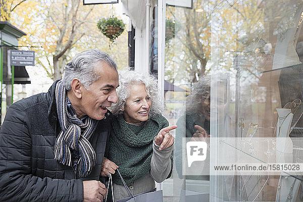 Älteres Paar beim Schaufensterbummel in einem Geschäft