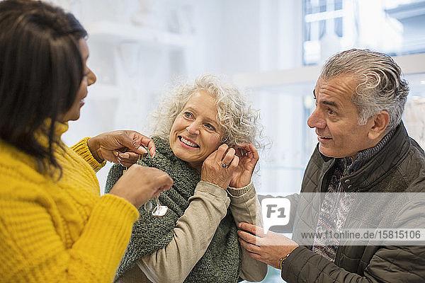 Verkaufsassistentin hilft älterem Paar beim Schmuckkauf