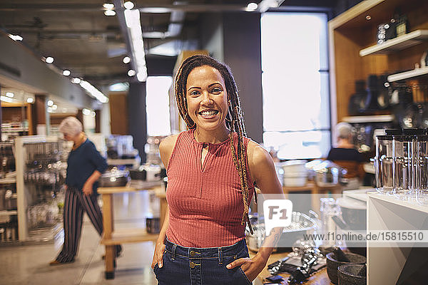 Porträt einer selbstbewussten Frau beim Einkaufen in einem Haushaltswarengeschäft