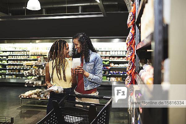 Lesbisches Paar beim Lebensmitteleinkauf im Supermarkt