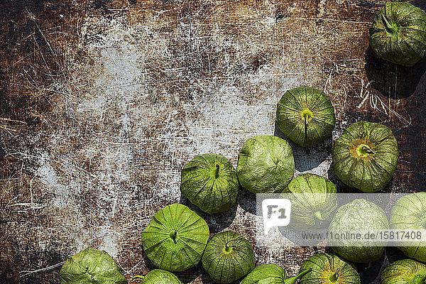 Tomatillos auf rostigem Untergrund