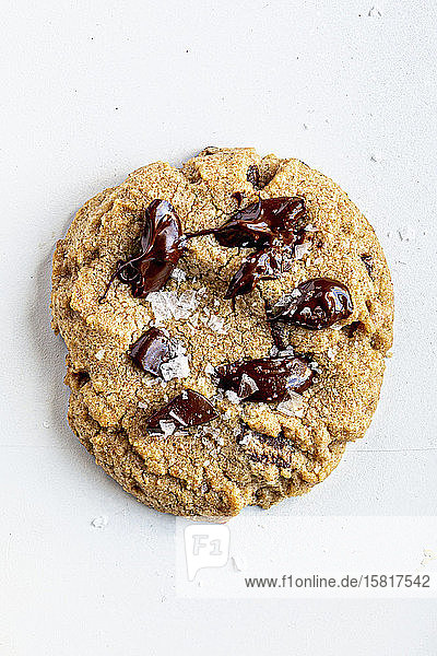 Ein Chocolate Chip Cookie mit Salzflocken