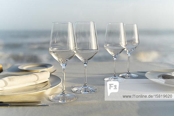 Spanien  Leere Weingläser auf gedecktem Restauranttisch