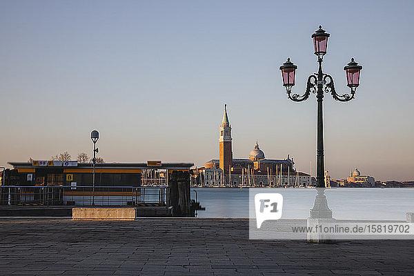 Italien  Venedig  Küstenstraßenlampe mit San Giorgio Maggiore im Hintergrund