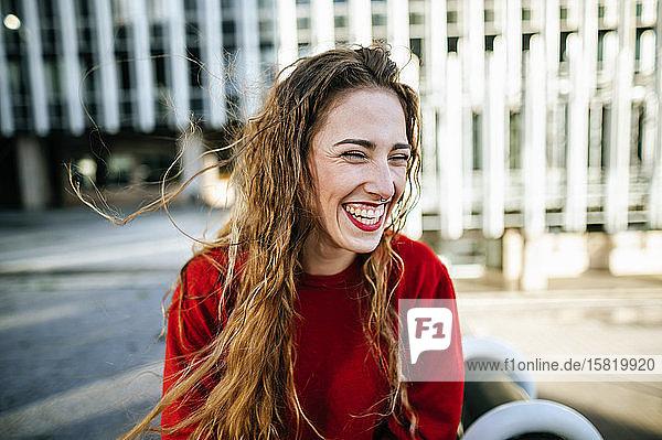 Porträt einer glücklichen jungen Frau in der Stadt