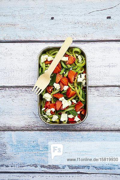 Metall-Lunchbox mit frischem gemischten vegetarischen Salat