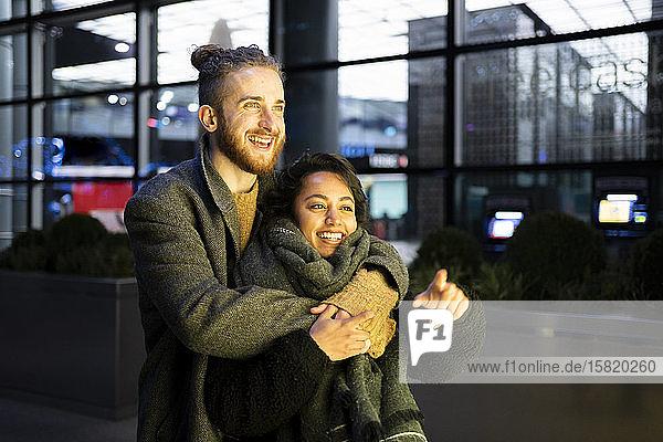 Glückliches junges Paar umarmt sich in der Stadt  London  UK