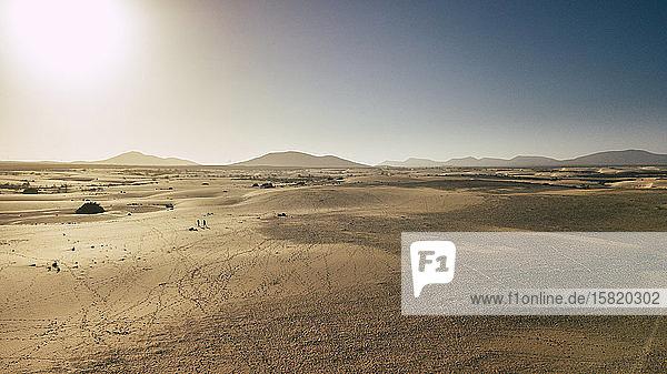 Spanien  Kanarische Inseln  Sonne scheint über der Wüste der Insel Fuerteventura
