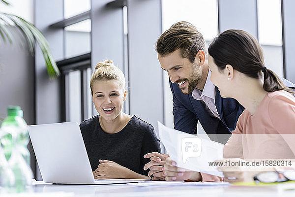 Selbstbewusstes Geschäftsteam  Zusammenarbeit  Brainstorming  Laptop