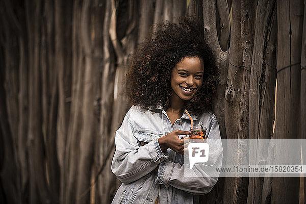 Porträt einer glücklichen Frau  die frischen Eistee trinkt