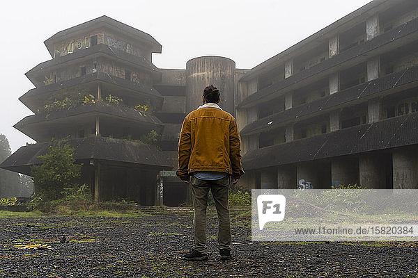 Rückansicht eines Mannes an einem verlassenen Gebäude  Sao-Miguel-Insel  Azoren  Portugal