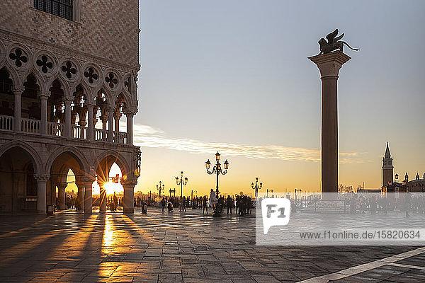 Italien  Venedig  Piazza San Marco und Dogenpalast bei Sonnenaufgang